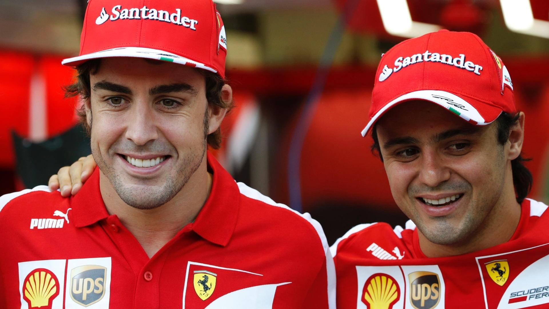 19.set.2013 - Fernando Alonso e Felipe Massa posam para fotos no circuito de Marina Bay, em Cingapura