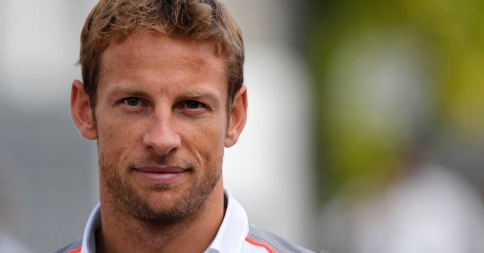 19.set.2013 - Jenson Button chega ao circuito de Marina Bay, em Cingapura