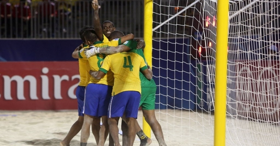19.set.2013 - Jogadores da seleção brasileira comemoram a vitória sobre o Irã na estreia do Mundial de futebol de areia
