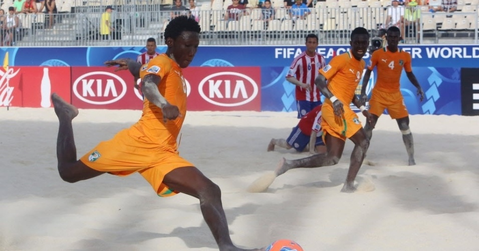 19.set.2013 - Moustapha Sakanoko tenta chute para a Costa do Marfim durante a derrota para o Paraguai