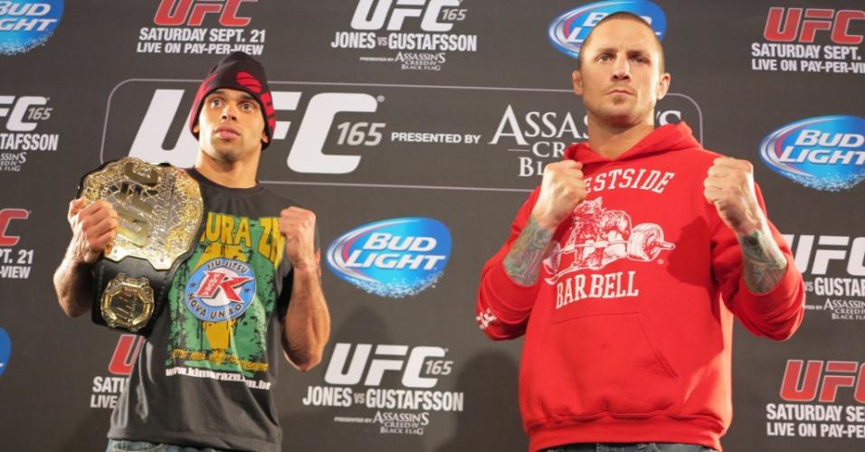 Detentor do cinturão dos galos, Renan Barão (e) posa com seu adversário Eddie Wineland antes do UFC 165, em Toronto, no Canadá