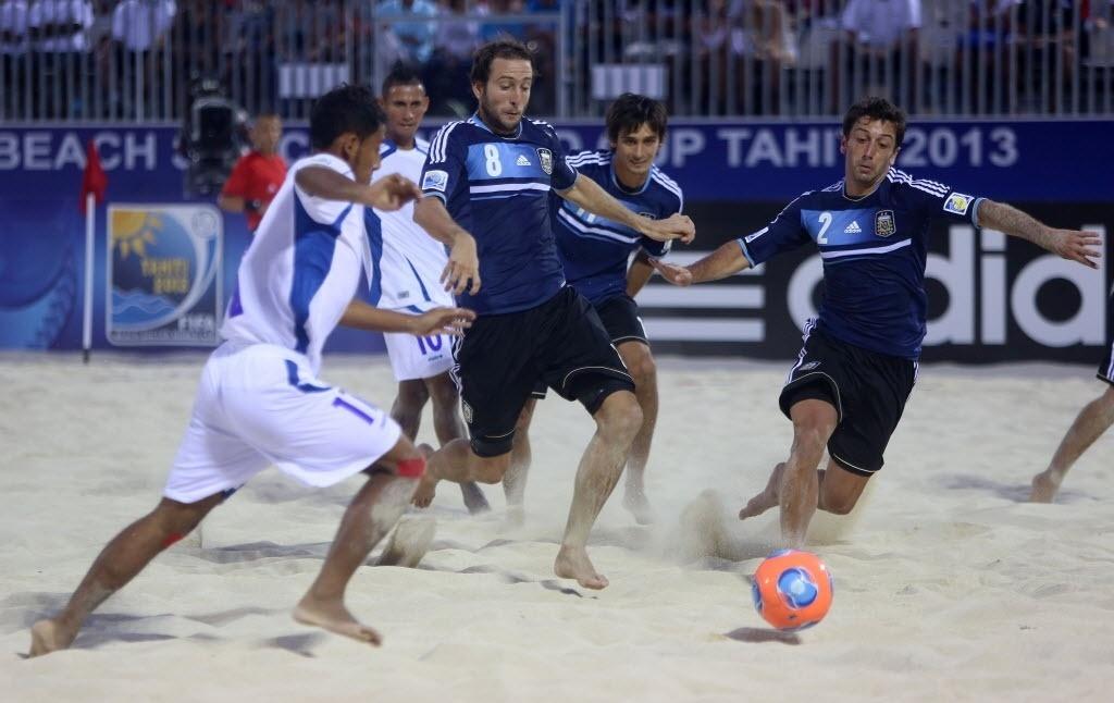 20.set.2013 - A Argentina, de azul escuro, venceu El Salvador por 4 a 1 em sua estreia no Mundial de futebol de areia