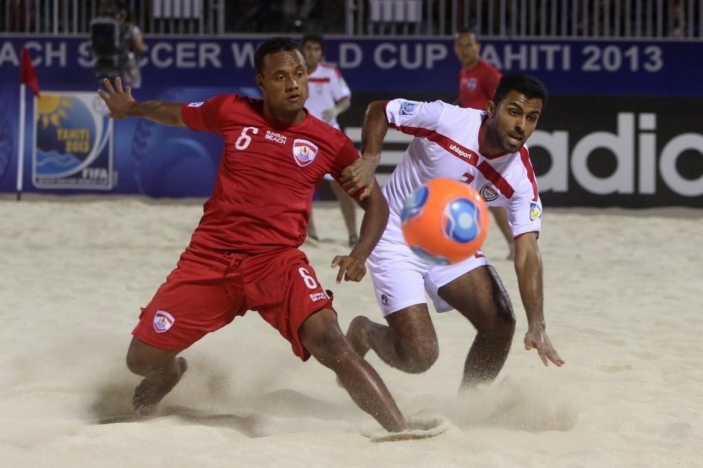 20.set.2013 - Jogadores do Taiti e dos Emirados Árabes Unidos disputam bola em partida do Mundial de futebol de areia