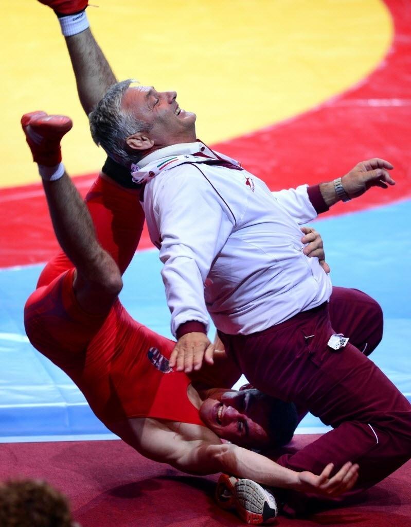 20.set.2013 - O húngaro Peter Modos celebra sua vitória no Mundial de luta greco-romana e pula em seu companheiro de equipe