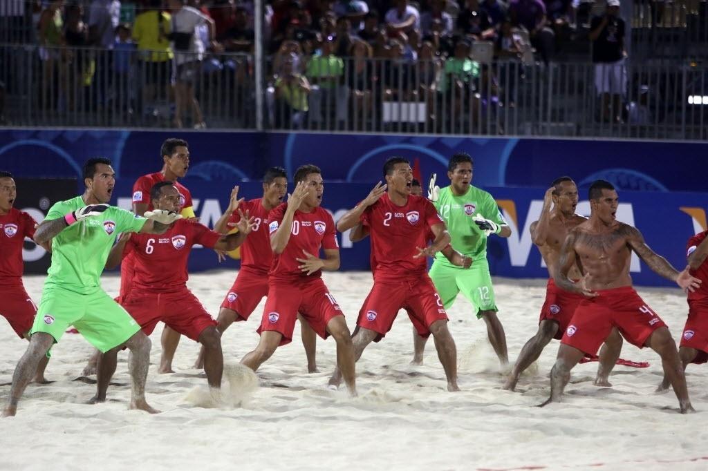 20.set.2013 - Seleção do Taiti faz o haka antes da vitória sobre os Emirados Árabes Unidos