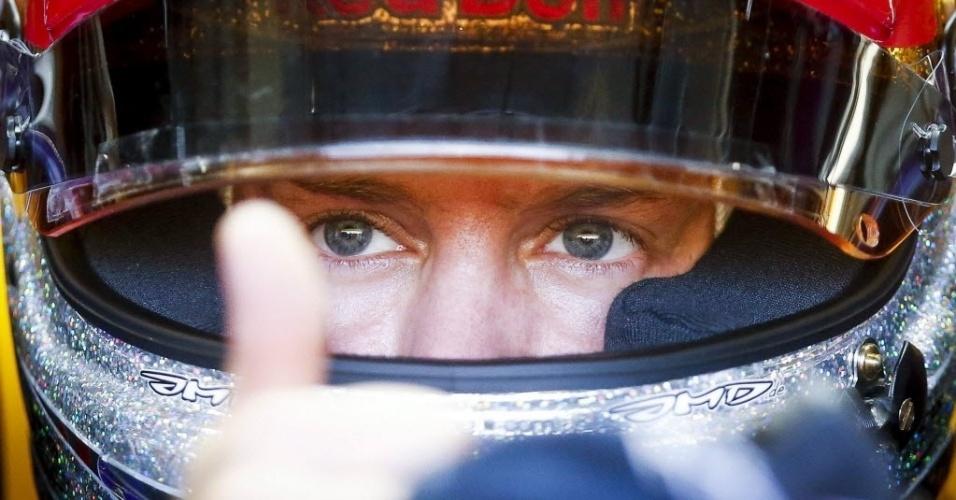 Vettel acena antes de ir para a pista em Cingapura