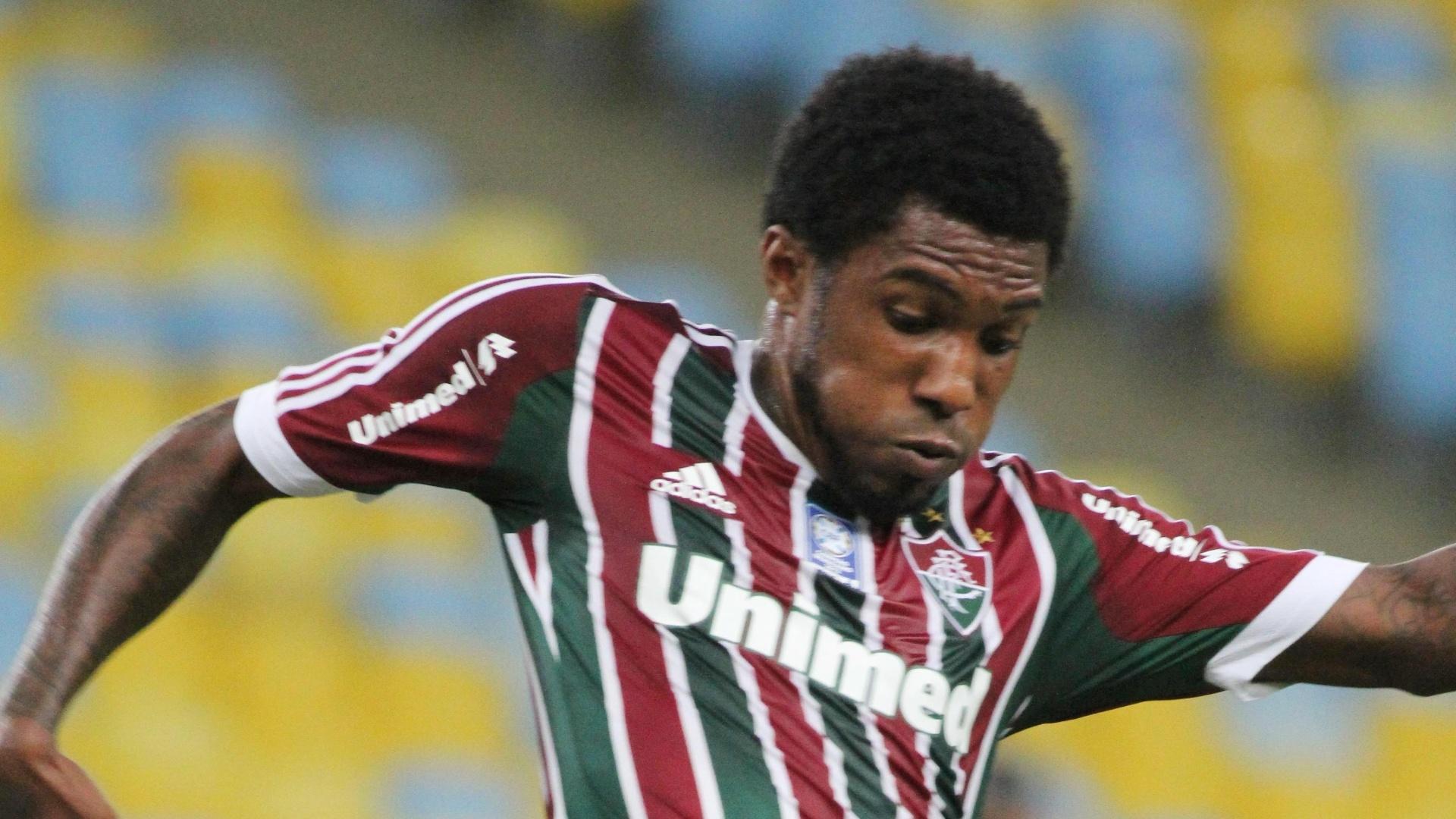 21.set.2013 - Atacante Rhayner, do Fluminense, se antecipa à marcação e domina a bola em duelo contra o Coritiba