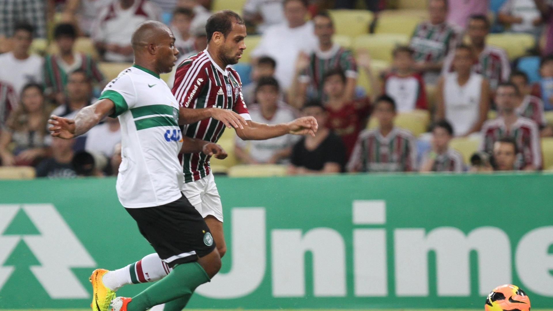21.set.2013 - Lateral esquerdo Carlinhos, do Fluminense, tenta ganhar da marcação de Luccas Claro