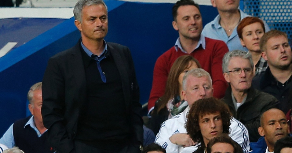 21.set.2013 - O treinador José Mourinho assiste ao jogo do Chelsea contra o Fulham