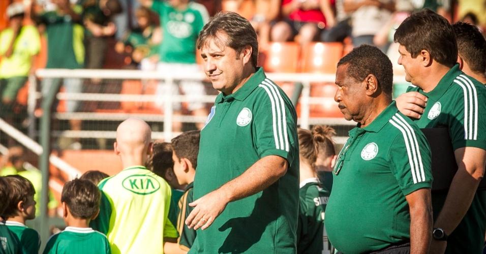 21.set.2013 - Técnico do Palmeiras Gilson Kleina caminha antes da partida contra o Sport