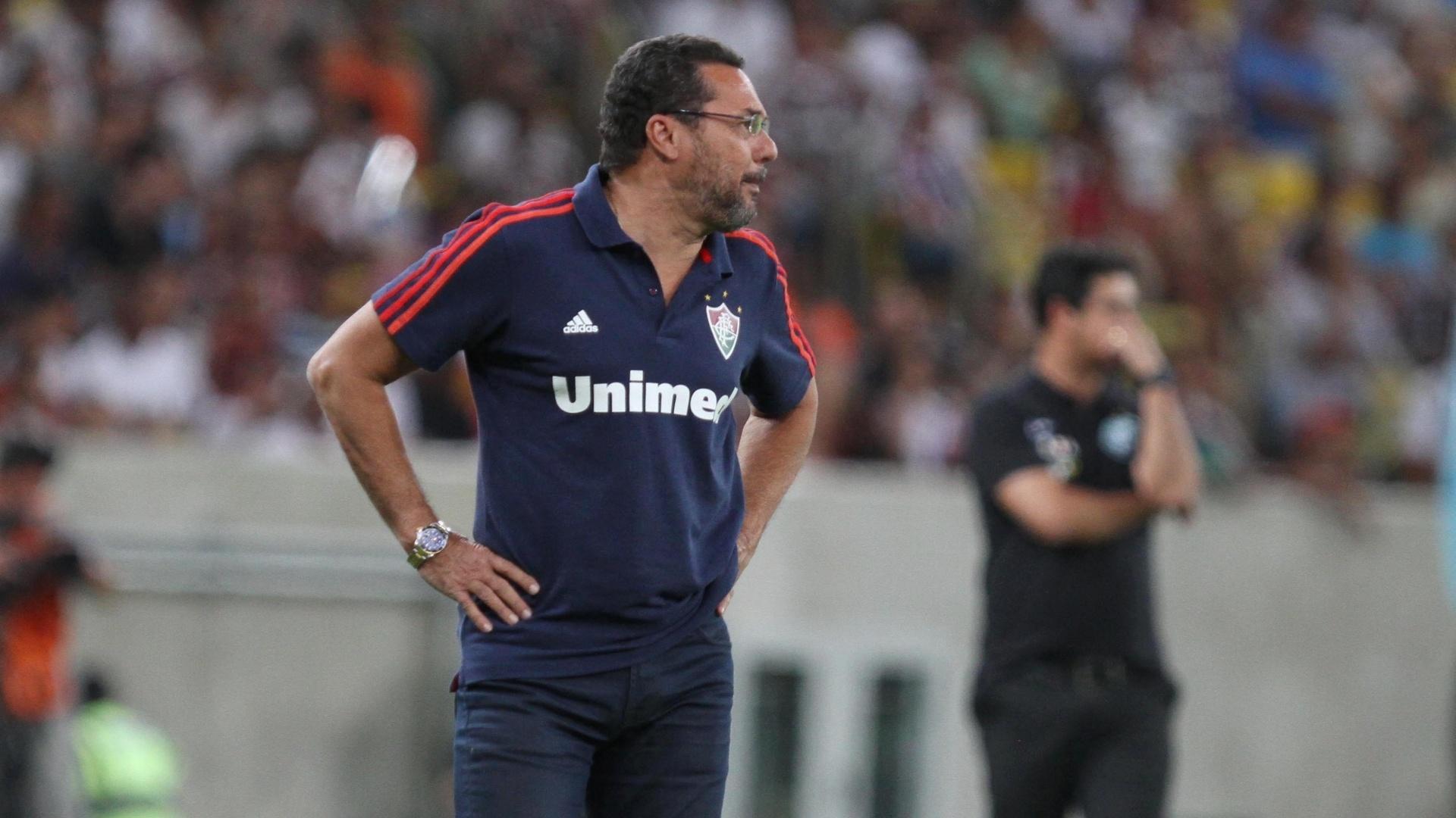 21.set.2013 - Técnico Vanderlei Luxemburgo acompanha a partida entre Fluminense e Coritiba, no Maracanã