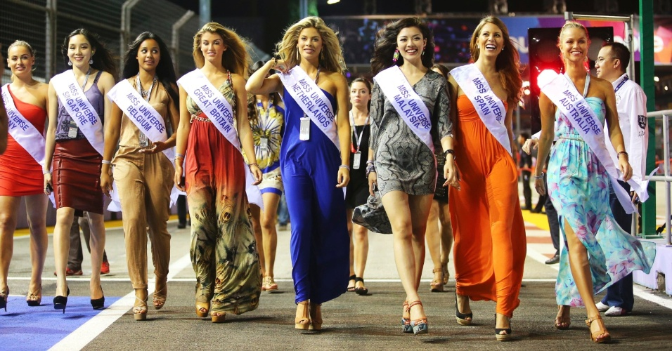 Candidatas ao Miss Universo desfilam nos boxes antes do treino de classificação para o GP de Cingapura
