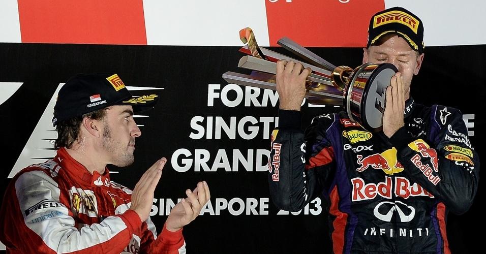 22.09.2013 - Alonso observa Vettel erguer troféu de mais uma vitória