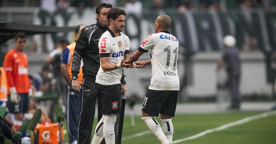 22.set.2013 - Alexandre Pato substitui Emerson Sheik na partida do Corinthians contra o Cruzeiro