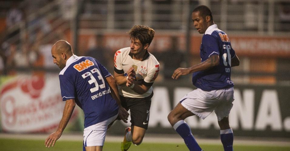22.set.2013 - Atacante do Corinthians Alexandre Pato é travado por Bruno Rodrigo, zagueiro do Cruzeiro