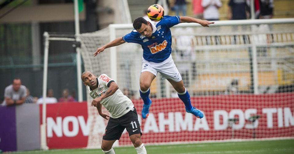 22.set.2013 - Ceará, lateral direito do Cruzeiro, se antecipa a Emerson Sheik e afasta a bola durante o jogo contra o Corinthians