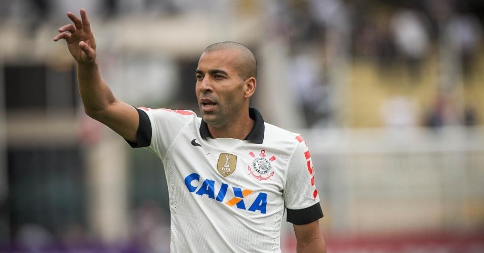 22.set.2013 - Emerson Sheik pede a bola durante a partida entre Corinthians e Cruzeiro