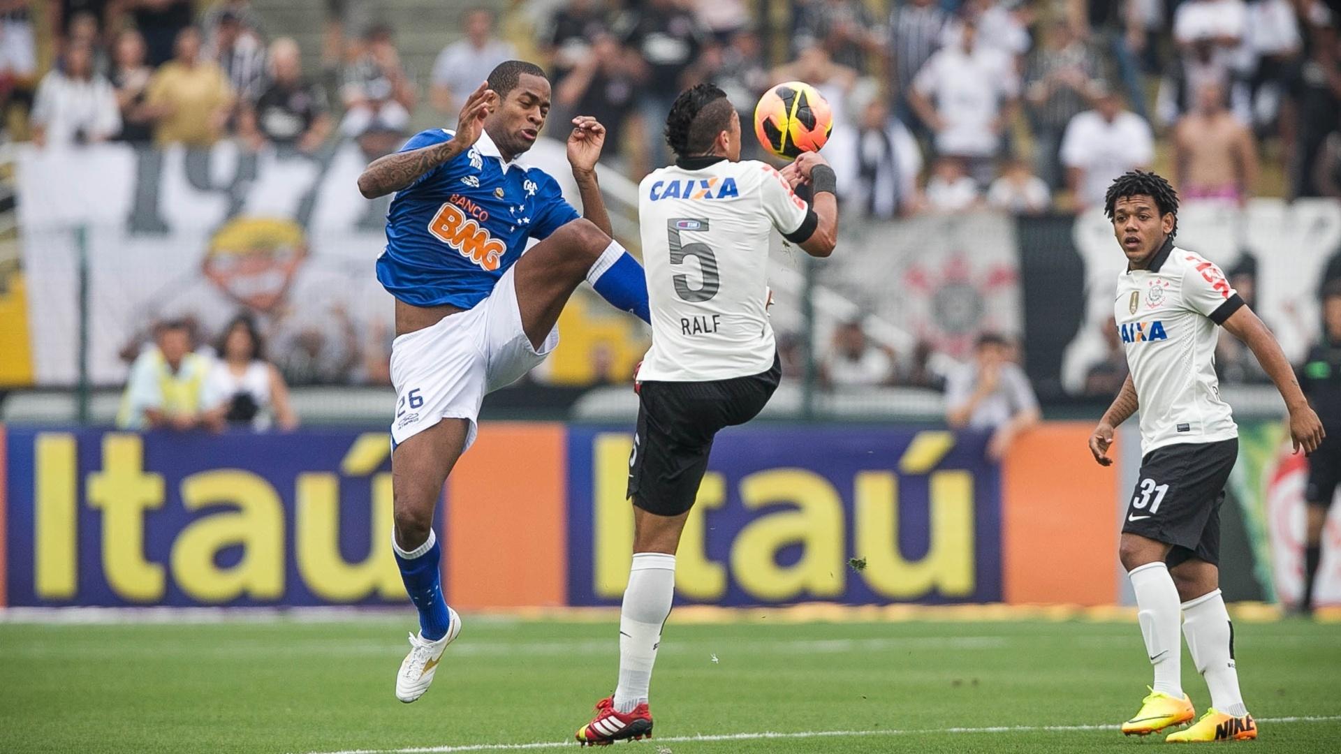 22.set.2013 - Ralf e Dedé disputam a bola pelo alto na partida entre Corinthians e Cruzeiro