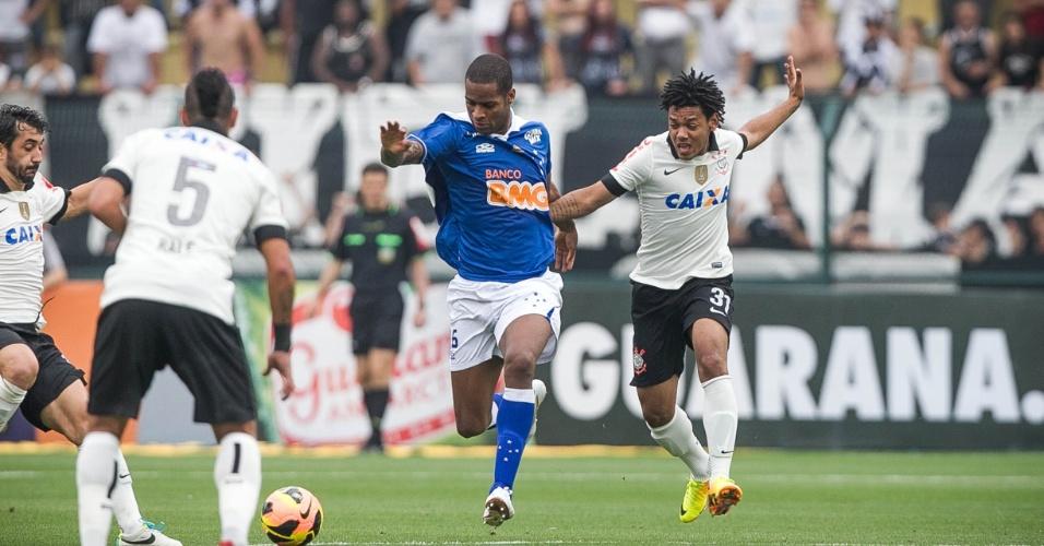 22.set.2013 - Romarinho pressiona Dedé na saída de bola na partida entre Corinthians e Cruzeiro