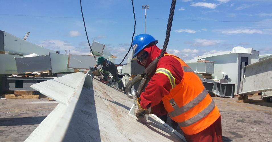 13/set/2013 - Última remessa de estruturas metálicas para cobertura e fachada da Arena da Amazônia chega de Portugal