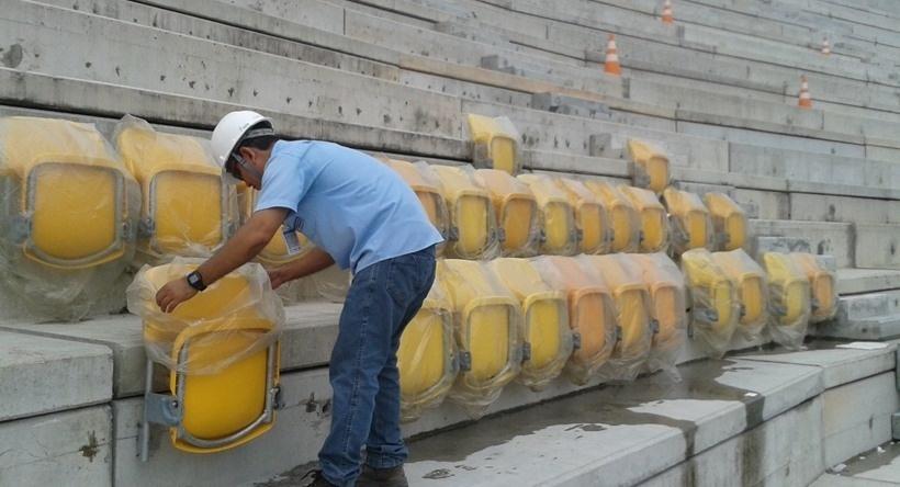 27/ago/2013 - Operário instala primeiras cadeiras da Arena da Amazônia