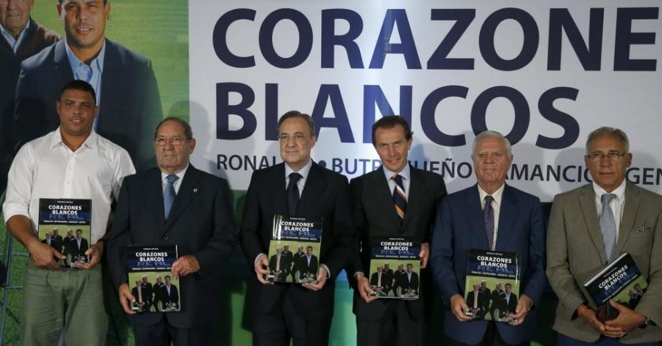 23.set.2013 - Ronaldo comparece ao lançamento do livro