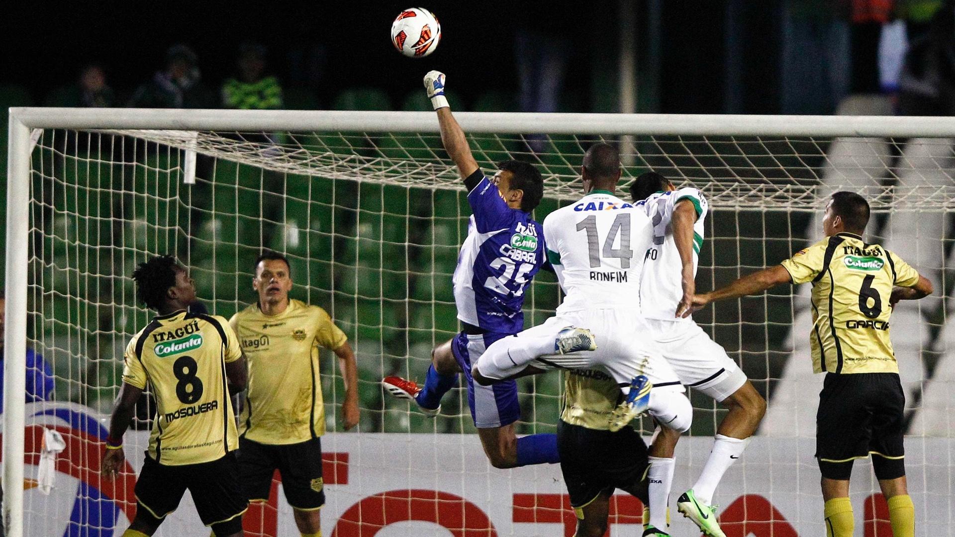 24.set.2013 - Goleiro Cabral afasta a bola durante duelo entre Coritiba x Itagui, pela Copa Sul-Americana