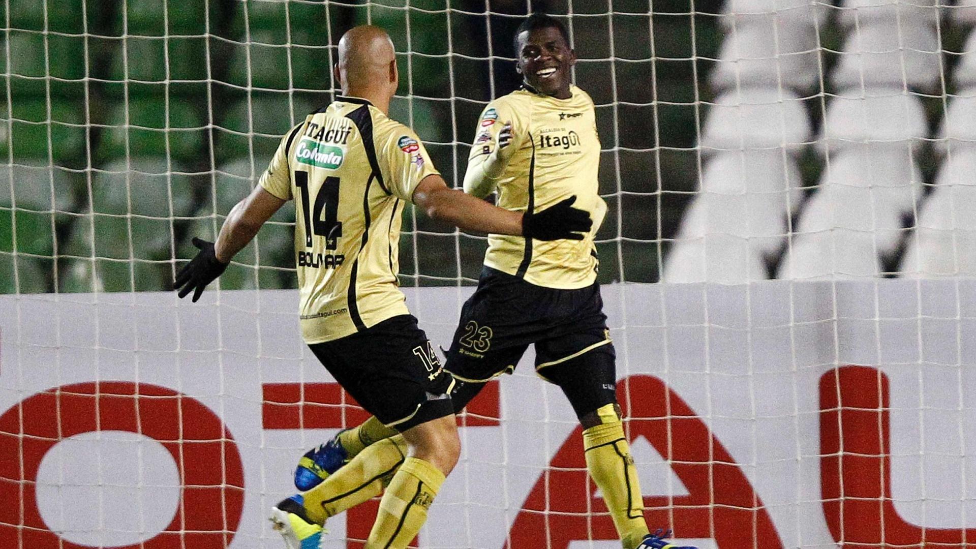 24.set.2013 - Mena comemora o gol do Itagui, da Colômbia, contra o Coritiba pela Copa Sul-Americana