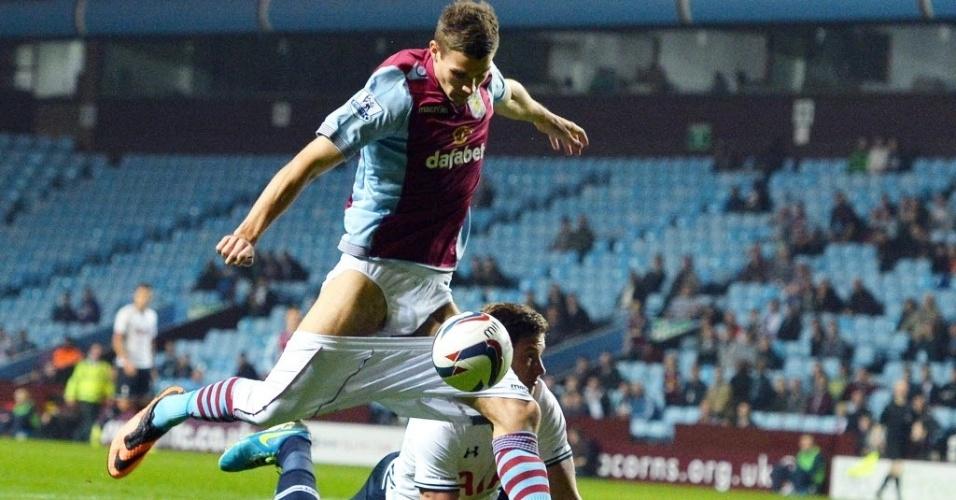 24.set.2013 - Mesmo com o calção abaixado, Nicklas Helenius tenta a finalização para o gol durante partida do Aston Villa contra o Tottenham pela Copa da Liga Inglesa