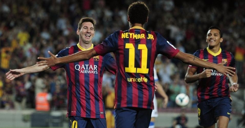 24.set.2013 - Messi corre para abraçar Neymar após gol marcado com assistência do brasileiro em partida do Campeonato Espanhol entre Barcelona e Real Sociedad