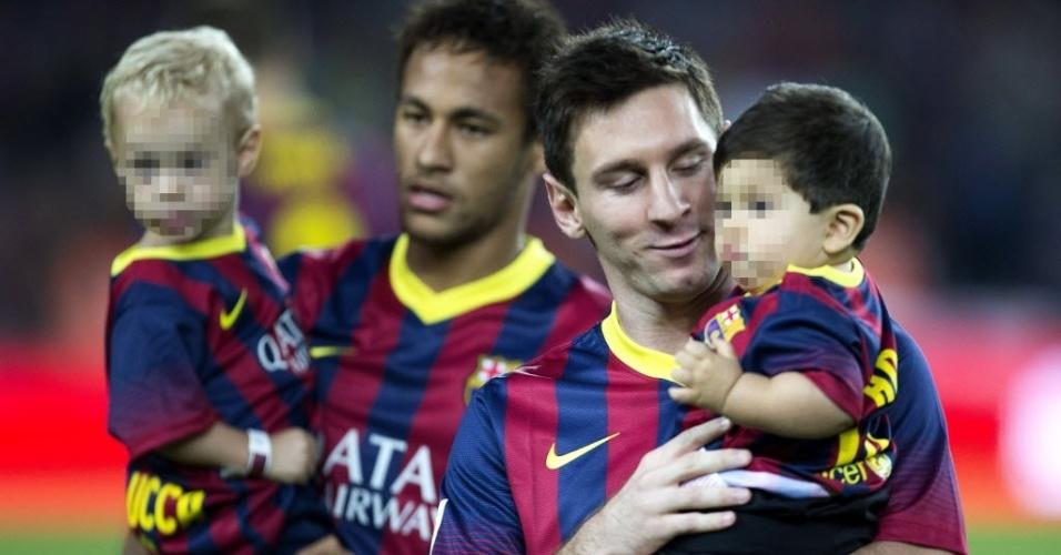 24.set.2013 - Neymar entra no gramado com o filho Davi Lucca e Messi com o filho Thiago