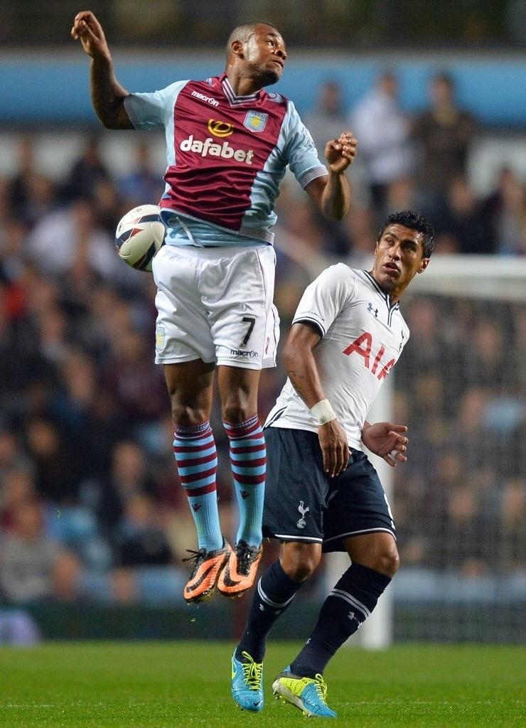24.set.2013 - Paulinho (dir.) disputa bola com Bacuna em partida do Tottenham contra o Aston Villa, em partida da Copa da Liga Inglesa