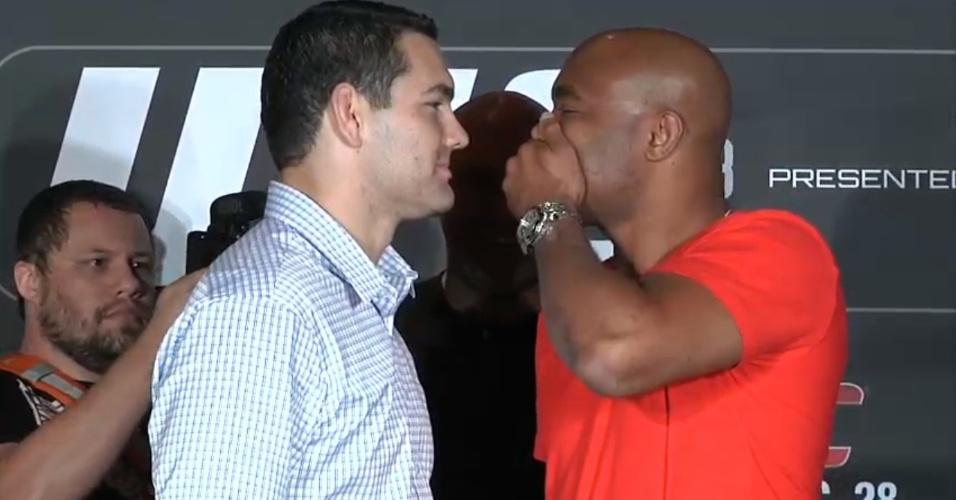Anderson Silva tampa a boca para 'evitar' selinho em Chris Weidman na encarada pós-coletiva, em Las Vegas
