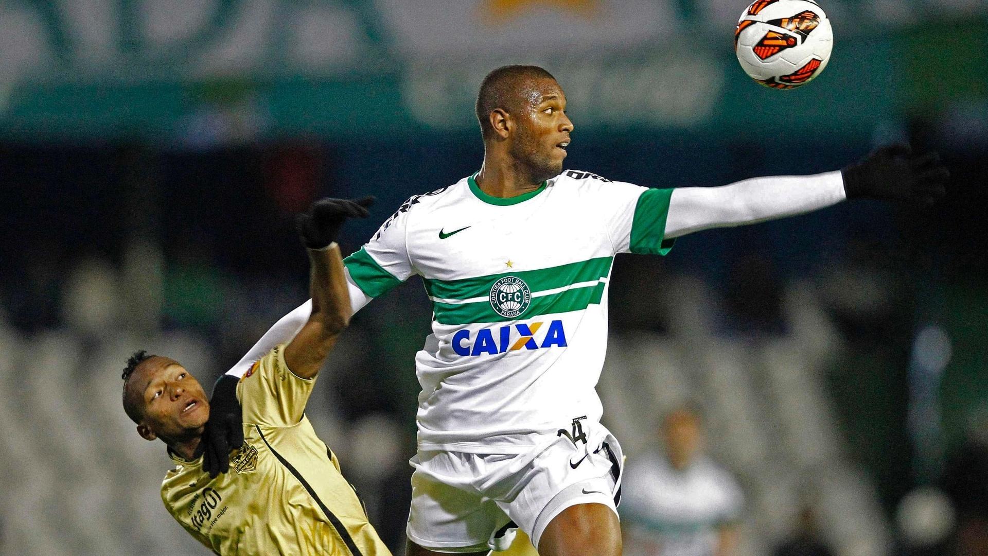 24.set.2013 - Bonfim ganha disputa pela bola no alto com Quiñones, do Itaguí