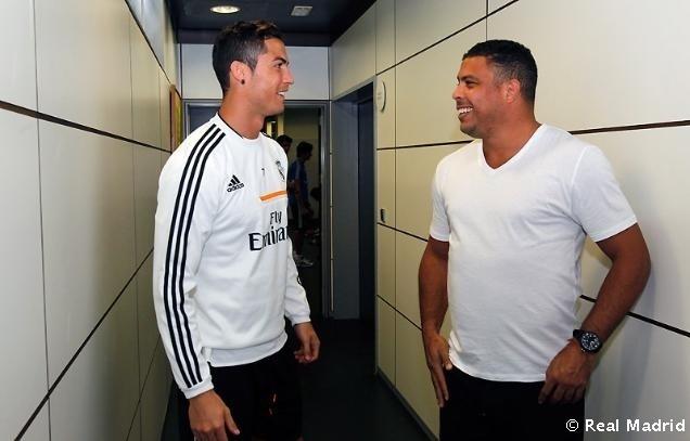 Cristiano Ronaldo e Ronaldo conversam nos bastidores do Real Madrid