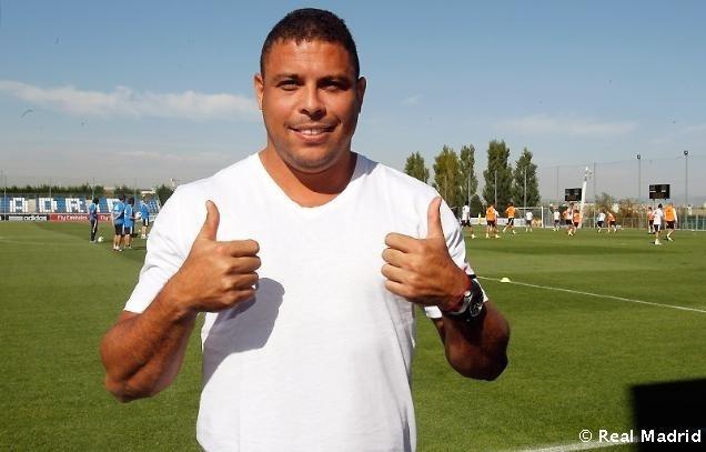 Ronaldo aproveita para tirar foto durante treino dos jogadores do Real Madrid