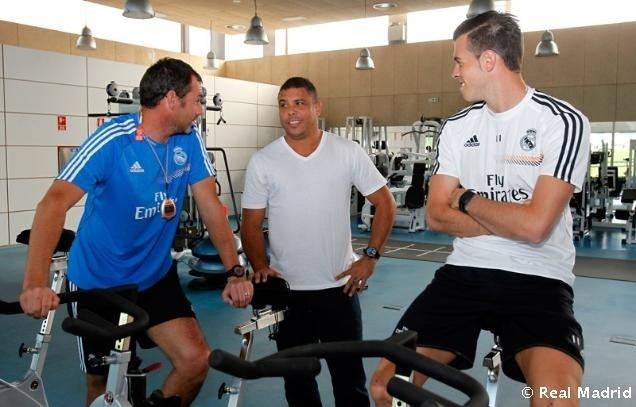 Ronaldo conversa com Gareth Bale em visita ao Real Madrid