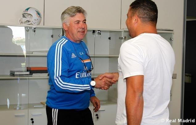 Ronaldo cumprimenta Carlo Ancelotti durante visita ao Real Madrid