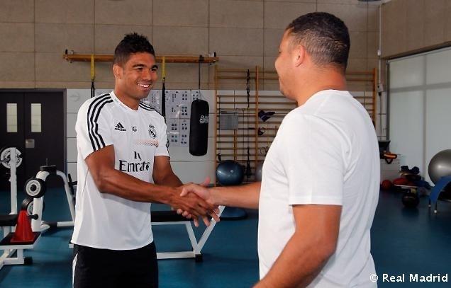 Ronaldo cumprimenta Casemiro durante visita ao Real Madrid