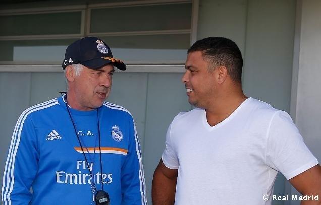 Ronaldo e Carlo Ancelotti conversam durante visita do Fenômeno ao Real Madrid