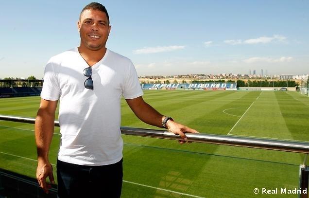 Ronaldo posa para foto em frente ao campo de treinamento do Real Madrid