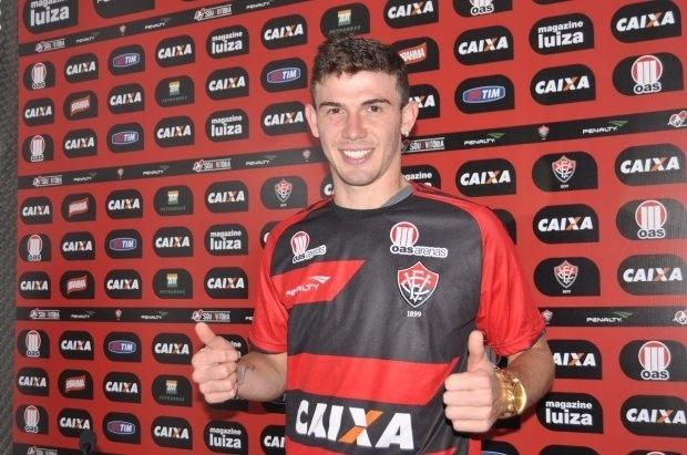 25.set.2013 - Zagueiro Luiz Gustavo é apresentado no Vitória, em Salvador