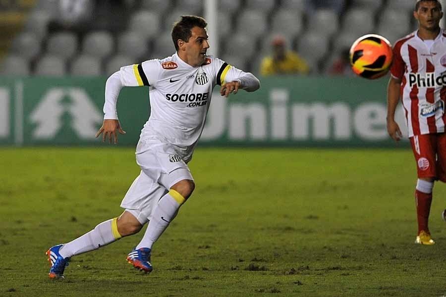 25.set.2013 - Montillo, meia do Santos, tenta alcançar a bola durante jogo contra o Náutico pelo Brasileiro