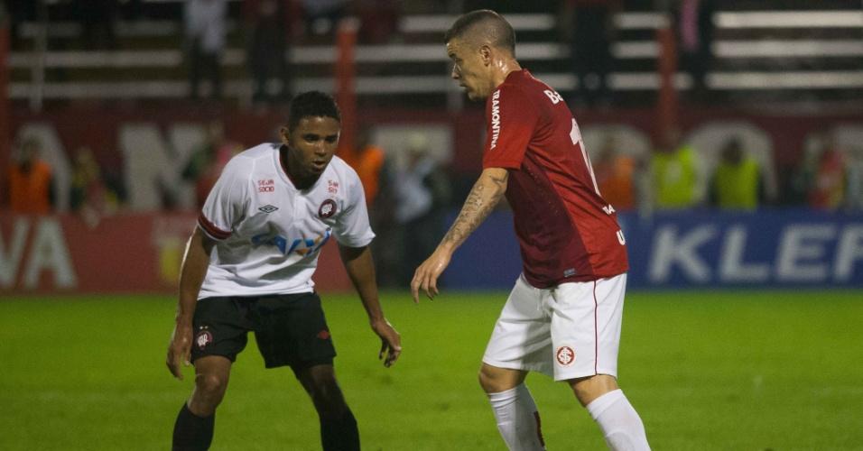 26.set.2013 - D'Alessandro tenta a jogada durante partida do Internacional contra o Atlético-PR pela Copa do Brasil