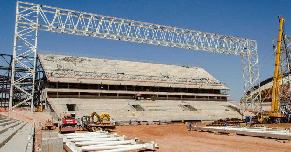 09.jul.2013 - Começa montagem de estrutura de ferro que vai segurar cobertura das arquibancadas da Arena Pantanal