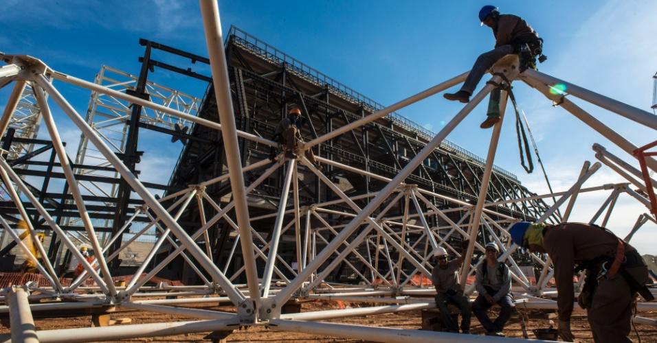 15.ago.2013 - Operários trabalham na preparação de estruturas metálicas do novo estádio do Mato Grosso