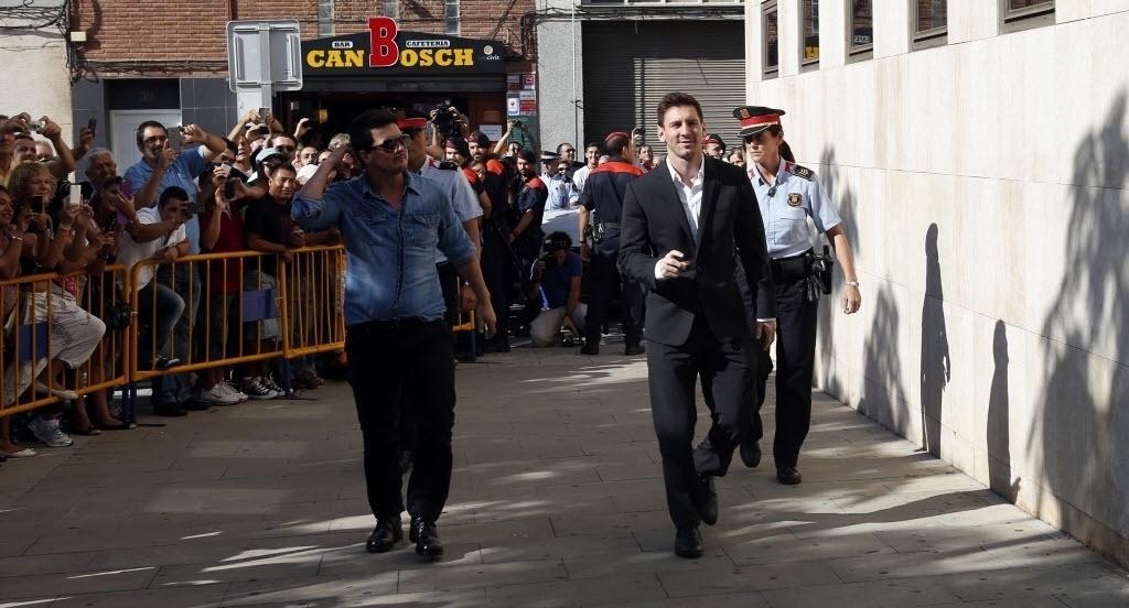 27.set.2013 - Com rosto expressando tranquilidade, Lionel Messi chega ao tribunal em que responderá processo por fraude fiscal na Espanha