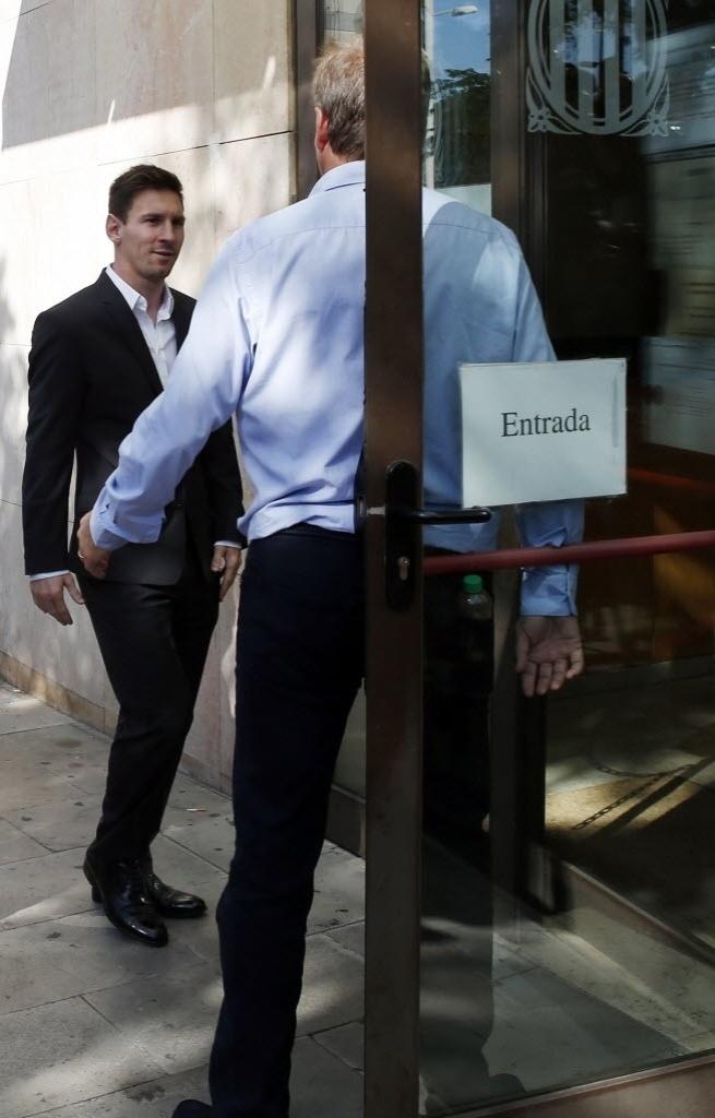 27.set.2013 - Lionel Messi entra no tribunal em que responderá ao processo de sonegação de impostos na Espanha