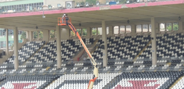 Operários trabalham na reforma da marquise para a sequência da temporada no estádio de São Januário