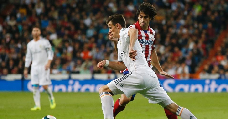 28.set.2013 - Gareth Bale tenta passar pela marcação de Tiago